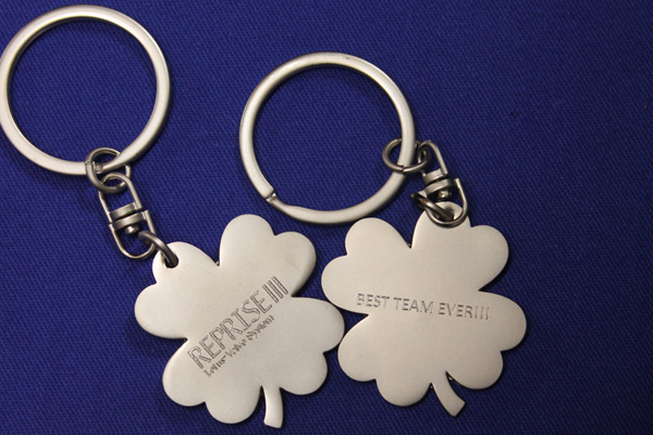 Four-leaf clover metal keychains diamond engraved on both sides.
